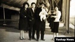 이산가족 상봉단 안순란(79·여)씨 가족의 흑백사진. 오른쪽이 안씨, 안씨 남편 문병완씨의 품에 안겨있는 아기가 안씨 큰아들 장열씨. 나머지 두 사람은 안씨의 남매다. 이 가족은 이번에 북한에 살고 있는 언니 춘란(81)씨의 신청으로 상봉 길에 오른다. 이 사진엔 가족 중 전쟁통에 실종된 춘란씨만 빠져 있다.