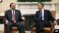 ປະທານາທິບໍດີ ສະຫະລັດ ທ່ານບາຣັກໂອບາມາ (ຂວາ) ພົບປະກັບ ປະທານາທິບໍດີ ປາກິສຖານ ທ່ານ Asif Ali Zardari ທີ່ທຳນຽບຂາວ ໃນກຸງວໍຊິງຕັນ (14 ມັງກອນ 2011)