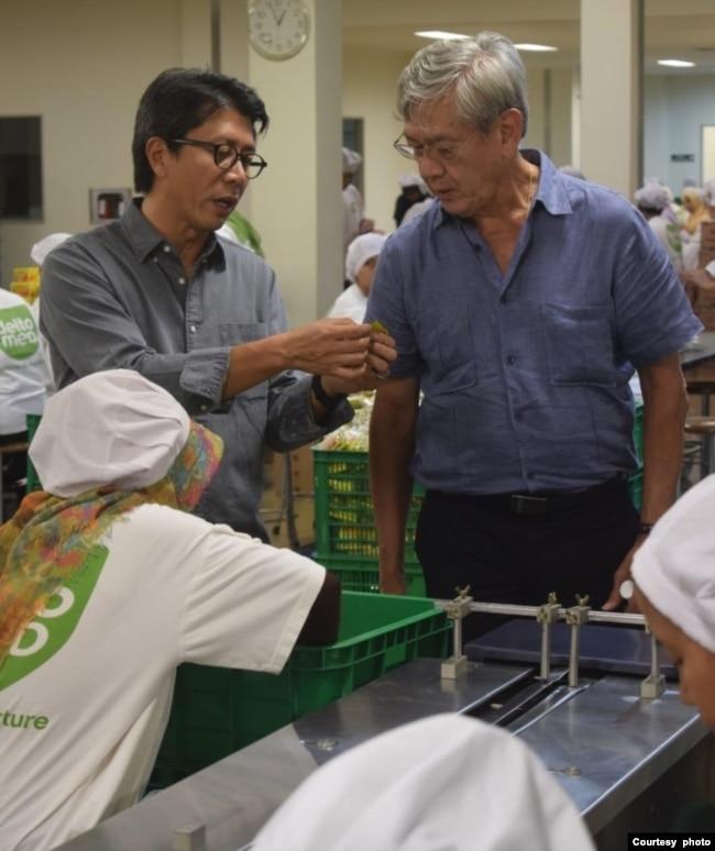 Muljo Rahardjo (kiri) di pabriknya (foto: courtesy).