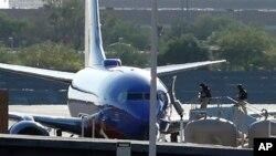 Саперы поднимаются на борт самолета авиакомпании Southwest Airlines в международном аэропорту Феникса.