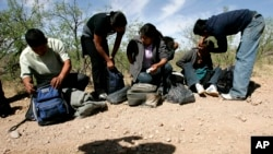 Un groupe de migrants interceptés à Arivaca, Arizona, le 25 avril 2006.