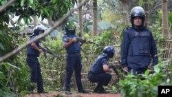 پولیس اہل کار چٹاگانگ کے شورش زدہ پہاڑی علاقے میں عسکریت پسندوں کو تلاش کر رہے ہیں۔ فائل فوٹو