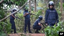 بنگلہ دیش کی پولیس ایک چھاپے کے دوران۔ فائل فوٹو