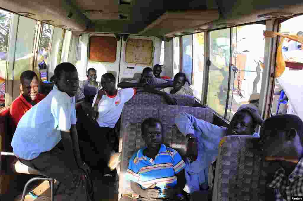 남수단 폭력사태를 피해 대피한 난민들이 24일 주바공항 인근 유엔 대피소에 대기 중인 버스에 탑승했다.