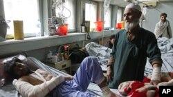 Para pasien di rumah sakit utama di Afghanistan mengharapkan para staf palang merah internasional kembali merawat mereka (foto: dok).