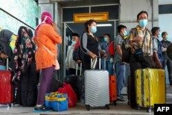 Para pekerja migran Indonesia yang tiba dari Malaysia di pelabuhan Bandar Sri Junjungan di Dumai, Riau, 2 April 2020. (Foto: AFP)