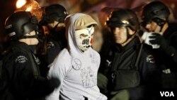 Polisi Los Angeles menahan demonstran 'Occupy' saat melakukan pembersihan di perkemahan mereka (30/11).