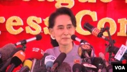 Myanmar's opposition leader Aung San Suu Kyi speaks at a press conference at her home in Yangon, Nov. 5, 2015. (Photo: Z. Aung/VOA )