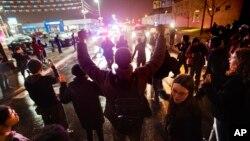 Demonstran pendukung Michael Brown menuntut dakwaan terhadap polisi Darren Wilson dalam protes di St. Louis, Missouri (23/11).
