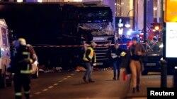 Sebuah truk terlihat dekat pasar keperluan Natal di Berlin, Jerman (19/12). (Reuters/Fabrizio Bensch)