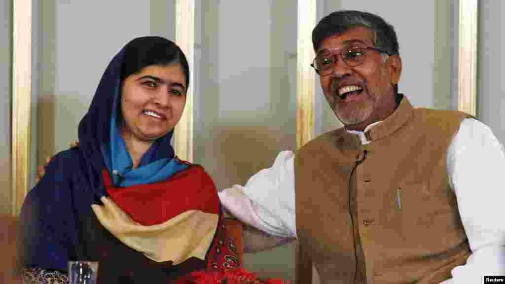 Le lauréats du prix Nobel de la paix Kailash Satyarthi (à gauche) et Malala Yousafzai réagissent lors d'une conférence de nouvelles à Oslo le 9 décembre 2014.