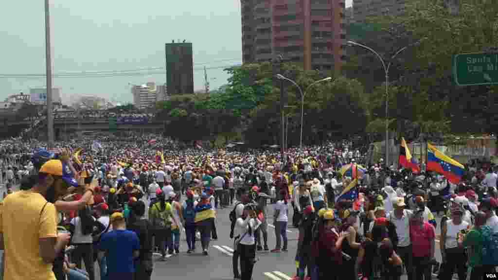 """La Voz de América recorre las calles de Caracas en un día donde la ciudad está paralizada debido a la convocatoria de la """"Madre de todas las marchas"""" por parte de la oposición y la contramarcha por parte del gobierno de Nicolás Maduro."""