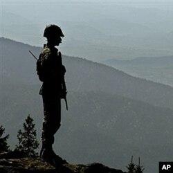 پاکستان افغان سرحد کی نگرانی پر معمور پاکستانی فوجی