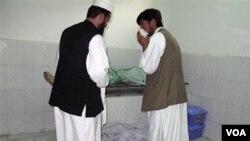 Para petugas memeriksa korban pemboman di Masjid Taloqan, provinsi Takhar, Afghanistan utara hari ini.