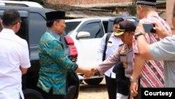 Menkopolhukam Wiranto baru tiba di alun-alun kecamatan Menes, kabupaten Pandeglang, Jawa Barat Kamis (10/10) sekitar jam 11 siang. (courtesy: sumber publik)