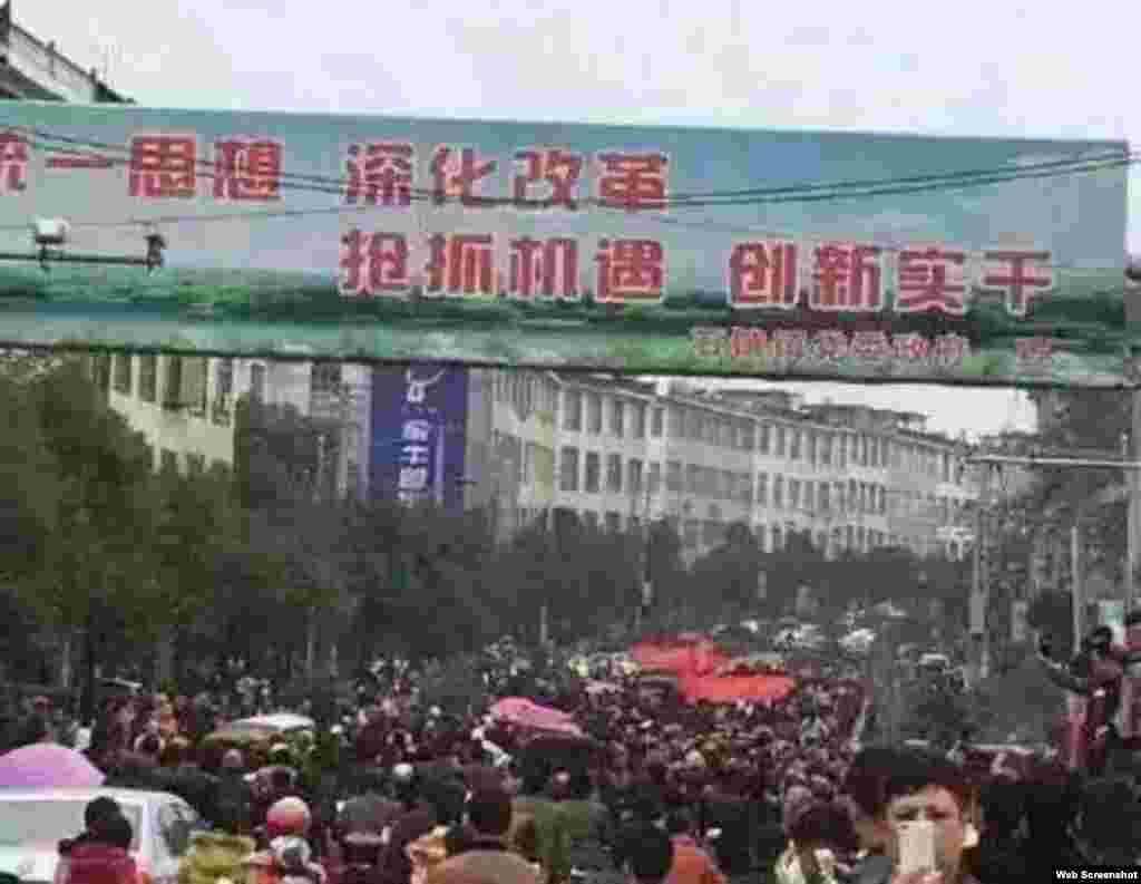 江西上饶鄱阳县饶埠镇数以千计村民抗议附近化工厂污染(博讯、微博等网络图片)