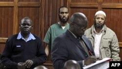 Hai bác sĩ Adan Hassan Hilo (giữa) và Ali Omar Salim (phải), bị đơn vị Cảnh sát Chống khủng bố bắt, ra tòa ở Kenya