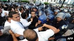La police anti-émeute tente de bloquer les médecins grévistes à Alger, le 1er juin 2011.