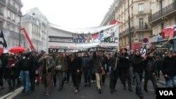 Demonstrators march at the Place de La Republique, rallying against labor reforms proposed by the leftist government, Paris, France, March 9, 2016. (L. Bryant/VOA)