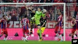 Le gardien du Bayern Munich, Manuel Neuer, sauve une balle lors d'un match de Bundesliga entre le Bayern et le Borussia Dortmund à l'Allianz Arena à Munichle samedi 1er novembre 2014. (AP Photo/Matthias Schrader)