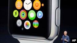 Giám đốc điều hành Apple Tim Cook giới thiệu đồng hồ thông minh mới tại Cupertino, California, ngày 9/9/2014.