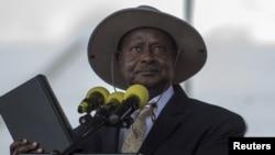 Presiden Uganda Yoweri Museveni memegang alkitab dalam upacara pelantikannya di ibukota Kampala (12/5). (Reuters/Edward Echwalu)