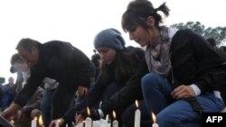 Жители Тираны зажигают свечи в память погибших демонстрантов