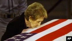 نانسی ریگان در حال بوسیدن تابوت رونالد ریگان - ۲۰۰۴