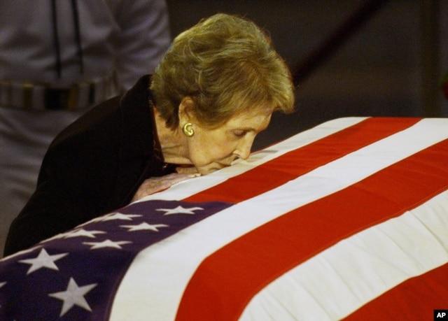 Bà Nancy Reagan hôn linh cữu của cố Tổng thống Ronald Reagan trước khi được đưa ra khỏi Điện Capitol, trụ sở Quốc hội Mỹ, ở Washington, ngày 11 tháng 6, 2004.