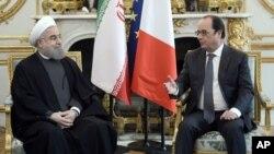 28일 프랑스 파리 엘리제 궁에서 하산 로하니 이란 대통령(왼쪽)과 프랑수아 올랑드 프랑드 대통령이 대화하고 있다.