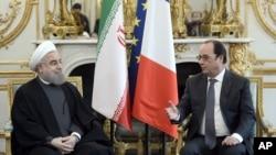 El presidente francés, Francois Hollande (derecha) se recibió al gobernante iraní, Hassan Rouhani, en el Palacio del Eliseo, en París, el jueves, 28 de enero de 2016.