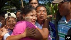 Tù nhân chính trị Win Shwe được chào đón bởi các thành viên gia đình sau khi ông được thả ra khỏi nhà tù Insein ở Rangoon, Miến Điện, ngày 31/12/2013.