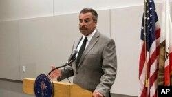 El jefe de Policía de Los Ángeles, Charlie Beck, dijo a los nuevos cadetes que sean éticos, ante escándalo en el departamento policial.