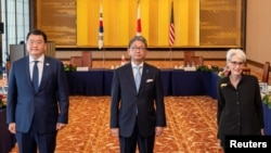 Thứ trưởng Ngoại giao Nhật Takeo Mori (giữa), Thứ trưởng Ngoại giao Hàn Quốc Choi Jong-kun và Thứ trưởng Ngoại giao Hoa Kỳ Wendy Sherman tại Tokyo, Nhật, ngày 21/7/2021.