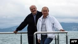 Ruski predsednik Vladimir Putin i beloruski predsednik Aleksandar Lukašenko poziraju za vreme vožnje brodom na Crnom moru, 29. maja 2021.