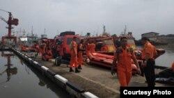 Sejumlah bagian pesawat dan barang-barang penumpang pesawat Lion Air JT610 berhasil ditemukan tim Basarnas di perairan Karawang, Jawa Barat, Senin (29/10). (Foto courtesy: Basarnas)