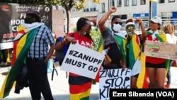Izizalwane zeZimbabweans zitshengisela edolobheni le London. (Umfanekiso Ogciniweyo)