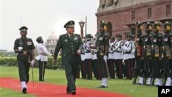 中國國防部長梁光烈9月4日訪問印度閱兵情形