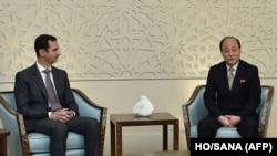 Tổng thống Syria al-Assad tiếp một phái đoàn của Bình Nhưỡng do Thứ trưởng Ngoại giao Sin Hong Chol (phải) dẫn đầu đến Damascus, ngày 8/3/2015.