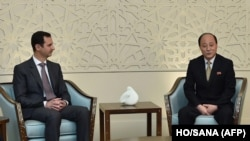 Presiden Suriah Bashar Al Assad menerima delegasi Korea Utara yang dipimpin oleh Wakil Menteri Luar Negeri Sin Hong Chol di Damaskus, Minggu (8/3).