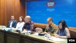 Kementerian Luar Negeri mengadakan jumpa pers untuk menjelaskan tentang parade ASEAN di mana aktor Nicholas Saputra (paling kiri) dan Chelsea Islan ( kedua dari kiri) telah ditunjuk menjadi Duta Parade ASEAN. (Foto: VOA/Fathiyah)