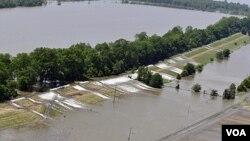 La vista aérea permite ver la magnitud del desastre en Louisiana, con las aguas desbordadas en Lago Providence .