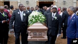 Pendeta Al Sharpton (kanan) memandang peti jenazah Ethel Lance yang diangkat menuju ke mobil jenazah dalam upacara pemakaman almarhumah di North Charleston, South Carolina (25/6).