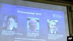 Le professeur Bertil Holmlund (à gauche), secrétaire permanent de l'Académie royale des sciences, les professeurs Staffan Normark (au milieu) et Per Krussel (à droite) annonçant le Prix Nobel de l'économie