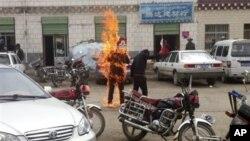 지난 6월 중국 칭하이 주에서 티베트 자치권을 주장하며 깃발을 들고 분신 자살한 티베트인. (자료사진)