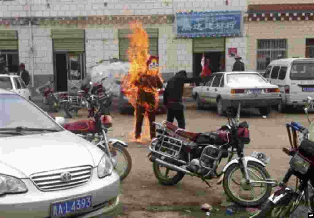 2012년 6월 20일 중국의 칭하이성 위수티베트족자치주 위수현의 한 거리에서 분신 자살을 시도하는 티베트 청년