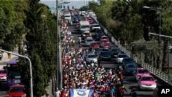 意在进入美国的中美洲移民大军向着联合国人权组织驻墨西哥城的驻地行进。(2018年11月8日)