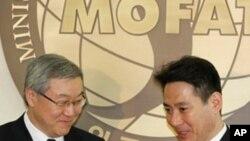 김성환 외교통상부 장관(좌)과 마에하라 외무상(우)