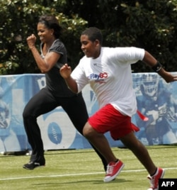 """Mishel Obama o'quvchilarni jismoniy tarbiya bilan ko'proq shug'ullanishga undab, """"Harakat qil"""" (Move it) degan kampaniya olib bormoqda"""