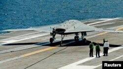 Pilotsiz uchadigan X-47B dronlari Jorj Bush harbiy kemasida qo'na oladi.